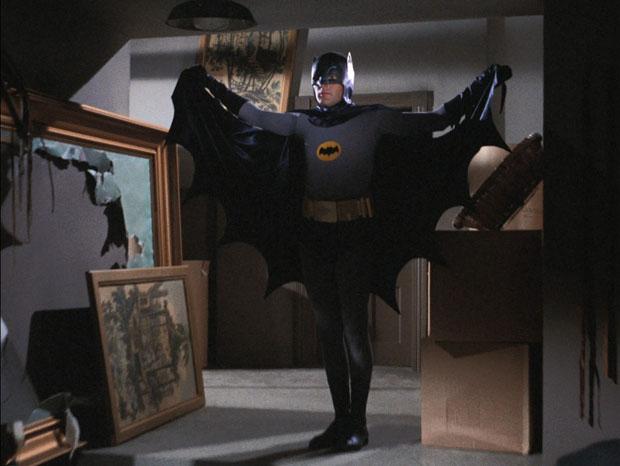 Batman lässt das Cape flattern.