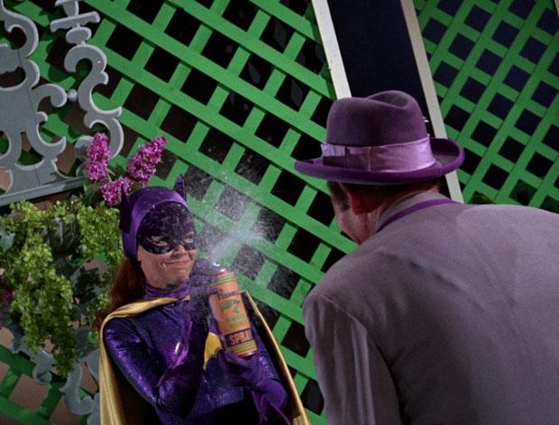 Batgirl knockt Louie aus.