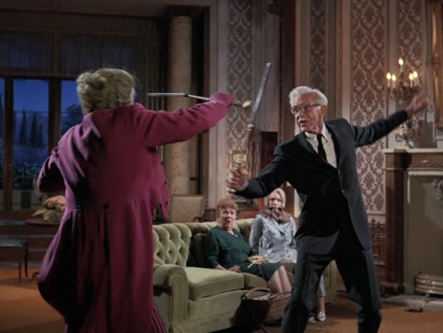 Alfred beim Fechten mit dem Joker.