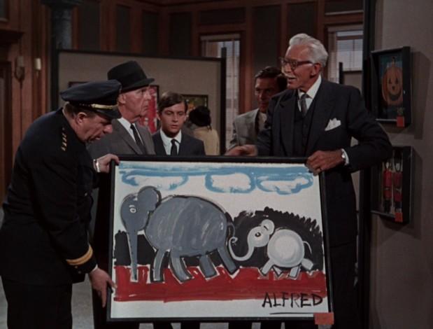 Alfred schenkt Chief O'Hara ein Gemälde.